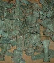 une collection d'objets en bronze