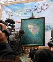 le peintre musulman husein nuri peint un portrait de sainte marie devant l'ambassade du danemark à téhéran en réponse aux caricatures contre le saint prophète de l'islam