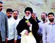 رهبر معظم انقلاب در حال کوه پیمایی