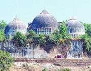 بابری مسجد، بھارت۔ یہ گنبد انتہا پسند ہندو لوگوں نے ڈھا دیے۔