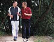 دو مرد در حال پیاده روی