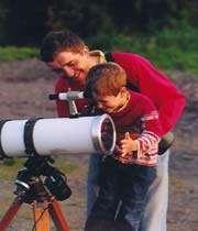intimité entre père et fils autour d'une activité scientifique