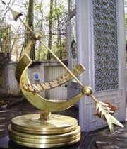 maquette iranienne de la première horloge solaire antique égyptienne.