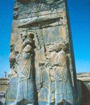 le roi sur le trône, soutenu par les représentants des peuples de l'empire.