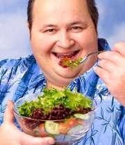 مردی چاق در حال خوردن سالاد