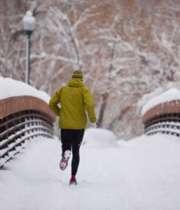 دویدن در برف زمستانی
