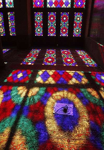 آشنایی با آثار معماری:  مسجد نصیرالملک شیراز از مساجد بسیار زیبا و بدیع ایران است.  بازی نور و رنگ این مسجد که به خاطر شیشه های رنگی آن است، مناظر جالبی را برای عکاسان پدید می آورد.
