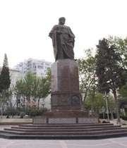 شہر باکو کے مرکزی اسکوائر میں نظامی گنجوی کا مجسمہ