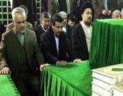 mahmoud ahmadinejad et les membres de son gouvernement rendent hommage au défunt imam khomeyni