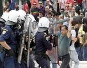 affrontements entre policiers et manifestants à athènes le 5 mai.