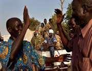 a bentiu, dans l'etat d'unité, les partisans du mouvement de libération des peuples du soudan félicitent taban deng après son élection au poste de gouverneur, le 23 avril.