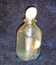 تخم مرغی در یک بطری شیشه ای