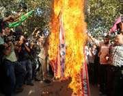 des iraniens brûlent le drapeau américain