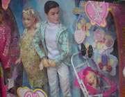 عروسک باربي حامله به همراه دوست پسر خود «پل» عرضه شده در فروشگاه هاي ايران