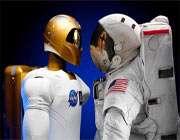 ربات ساخته شده توسط ناسا در کنار یک لباس فضانوردی