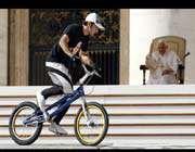 le pape assiste à une démonstration d'acrobatie à vélo