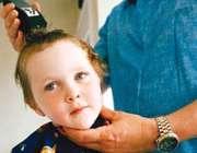 تراسیدن موی سر کودک با ماشین اصلاح