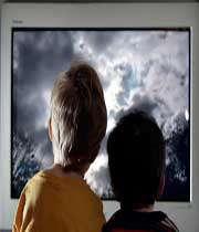تماشای بیش از اندازه تلویزیون به کودکان آسیب میرساند!