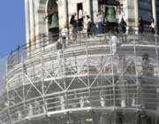 la restauration de la tour penchée de pise en italie au moyen de lasers et de seringues