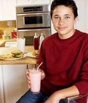 پسر نوجوانی در حال نوشیدن شیر