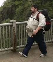 مردی چاق در حال پیاده روی