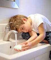 کودکی در حال شستن دست ها