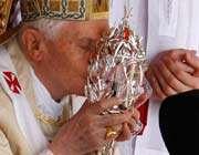 le pape benoît xvi embrasse un verre