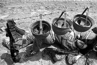 خواب یک رزمنده در میدان جنگ /عکس