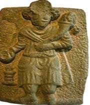 roi parthe avec une corne d'abondance et un autel du feu. relief de mosquée sulyeman, ile-illes. musée du louvre, paris.