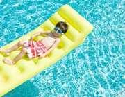 شنا کردن کودک در استخر