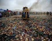 détruire des centaines de bouteilles d'alcool