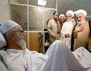 les ulémas et les personnalités politiques continuent de rendre visite au guide suprême à l'hôpital
