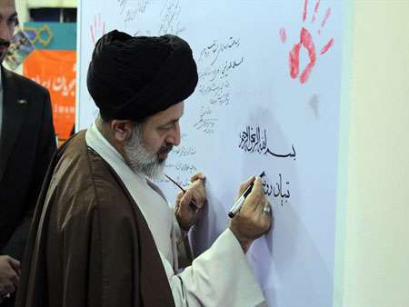 حضور حجت الاسلام آقامیری در غرفه تبیان