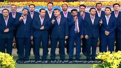 گوشه ای از اجرای جمعی از اعضای گروه محمدرسول الله(ص) در مسیر پیاده روی اربعین (عمود۱۱۲۲)