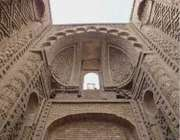 высокое кирпичное здание мечети джурджир