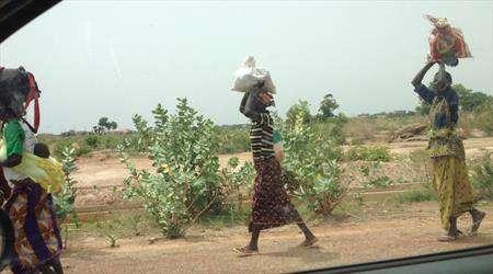 ekmeğini taştan çıkarıyor afrikada kadınlar