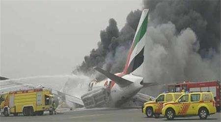 دبي تغلق مطارها وتعلق الرحلات اثر احتراق طائرة إماراتية تقل 275 راكباً