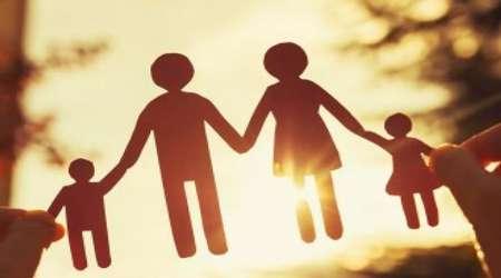 bagaimana keluarga memegang peran dalam memperluas dampak buruk sosial?