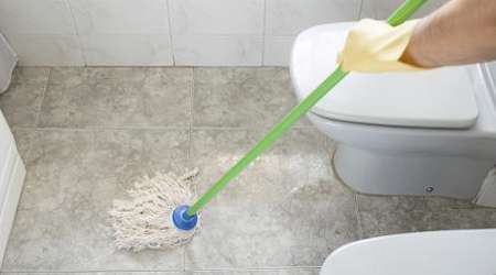 تمیز کردن و شستن کف حمام و دستشویی