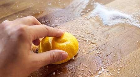 تمیزکردن تخته گوشت با لیمو و نمک