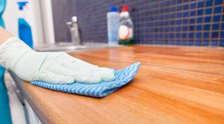 تمیز کردن سطح کابینت آشپزخانه