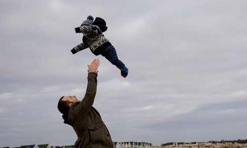 پرتاب کردن کودک به بالا