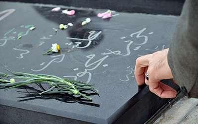 چرا هنگام خواندن فاتحه، با سنگ به قبر می زنند؟