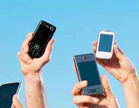 هل ان رفع الهاتف المحمول الى الاعلى يساعد على تحسين اداء الهوائي؟
