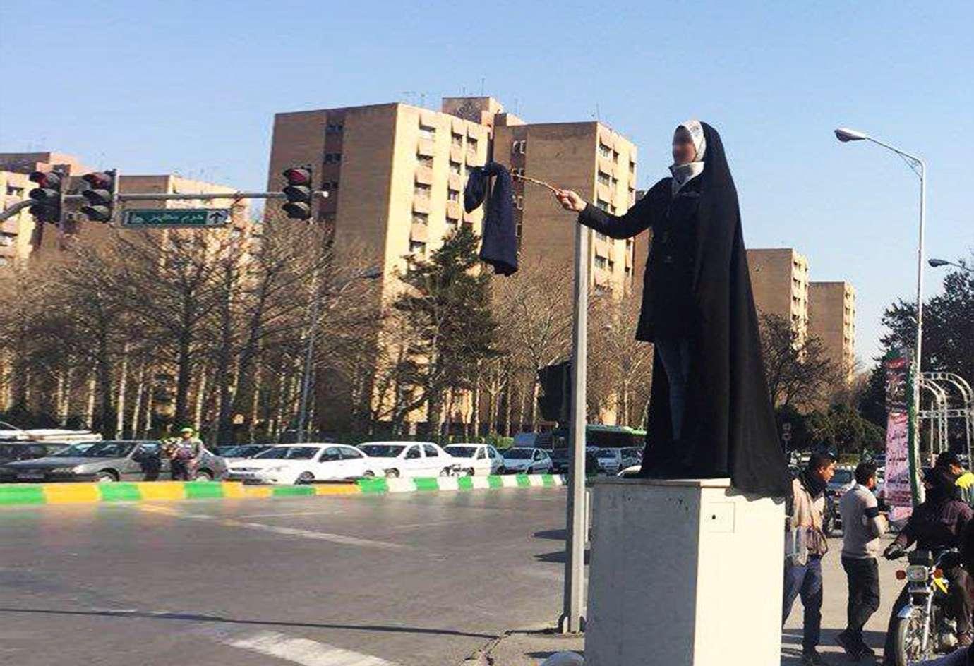 حجاب، میدان انقلاب، بی حجابی