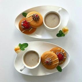 شیر قهوه به  همراه شیرینی