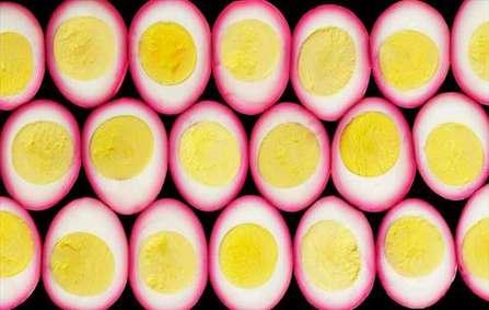 تخم مرغ های پخته برش خورده