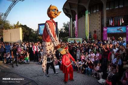اجرای خیابانی جشنواره بین المللی عروسکی تهران