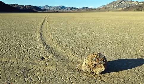 سنگهای عجیبی که راه میروند!