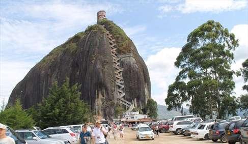 عجیبترین صخره راه پلهدار جهان